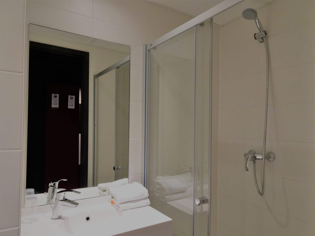 Badkamer in het ibis budget Oostende Airport hotel
