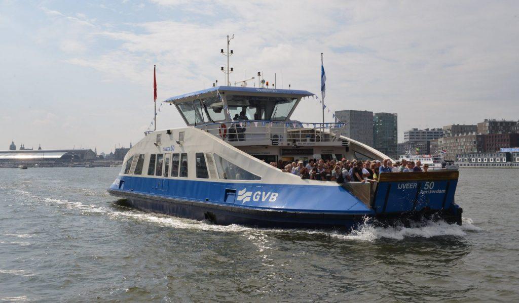 Veerpont over het IJ in Amsterdam